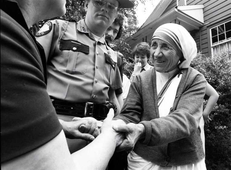Mother Teresa shook the hands of a well wisher upon her arrival in Jenkins, Ky., June 19, 1982. She was there to open her first Missionaries of Charity convent in Appalachia. Photo by Charles Bertram | Staff